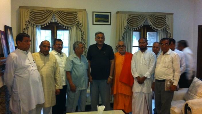 A team from Arya Samaj meets with Uttarakhand CM